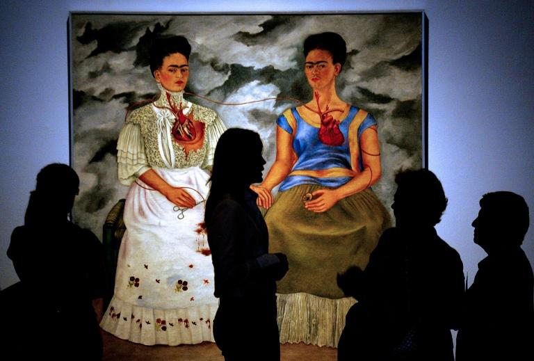 """Cuadro de Frida Kahlo """"Las Dos Fridas"""", de 1939, en una exposición en México, el 28 de spetkembre de 2007"""