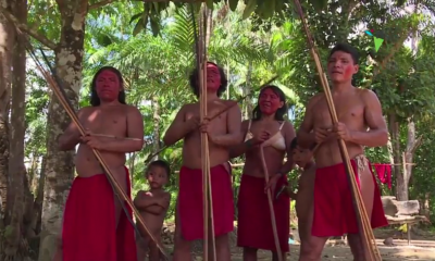 Una tribu afila sus flechas contra invasores de la Amazonía brasileña