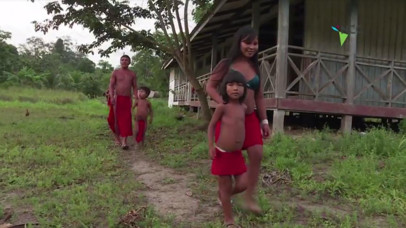 Tribu de la Amazonía brasileña trata de cabalgar entre dos mundos