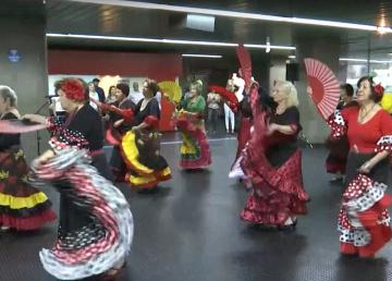 Mujeres bailan en el metro
