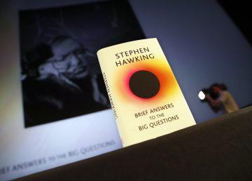"""Libro póstumo de Stephen Hawking da """"breves respuestas a las grandes preguntas"""""""