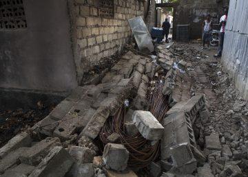 Familias permanecen fuera de sus viviendas afectadas por el terremoto en Haití