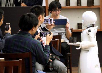 OriHime-D, un robot-camarero manejado a distancia por un discapacitado