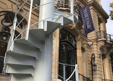 Un tramo de las escaleras de la torre Eiffel se subasta por 191.000 dólares