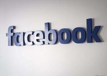 Logo de Facebook en un evento de redes sociales. Foto por: EFE/Archivo