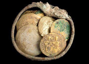 Descubierto un cofre con un pendiente y monedas de hace 900 años en Cesárea