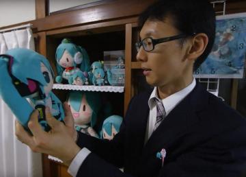 Akihiko ama a su esposa holograma
