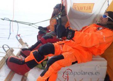 Exploradores antárticos arrastrados por el viento