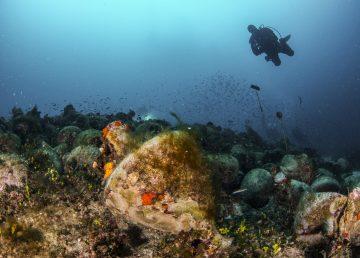 Fotografía muestra a los buzos que exploran las ruinas de un antiguo naufragio en la isla egea de Alonissos, Grecia. Fotografía: AFP.