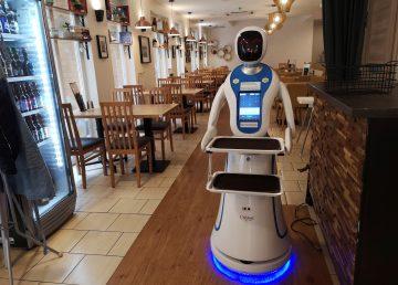 Camarero robot sirve pedidos en restaurante de Budapest