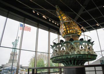 Antorcha original de la Estatua de la Libertad destella en su nuevo museo