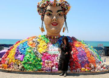 Netta gigante, hecha de juguetes rinde homenaje a Toy por Eurovisión