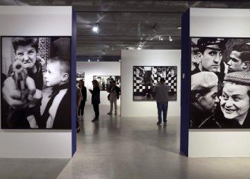 William Klein, el fotógrafo que hizo del asfalto su estudio, llega a Madrid