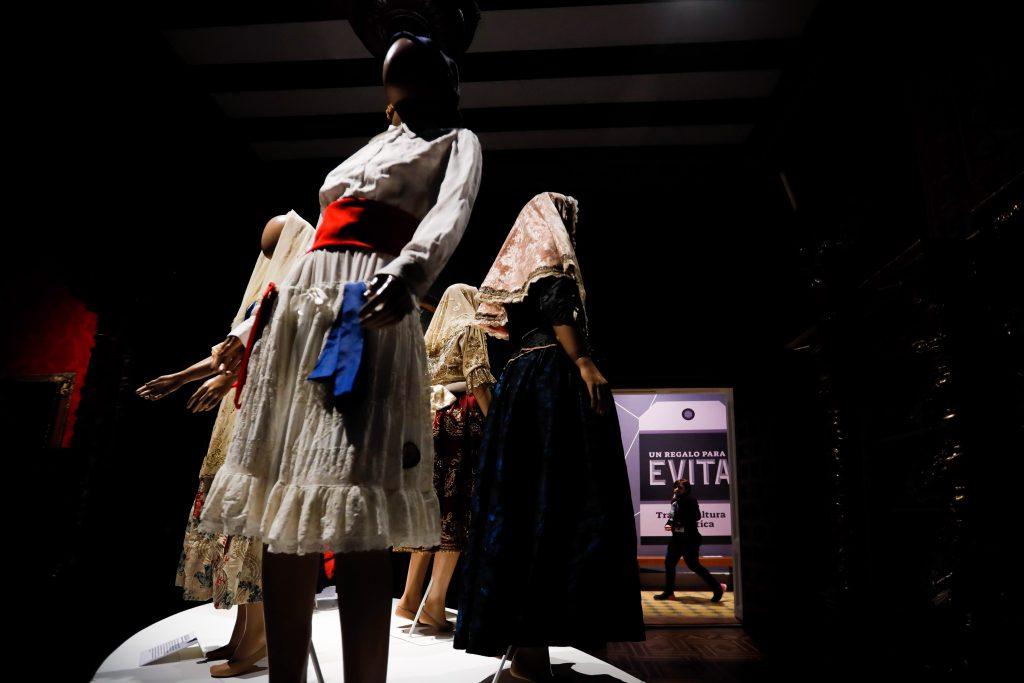 5fb487937 Más de 50 trajes de Evita Perón expuestos en museo de Argentina