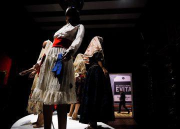 Más de 50 trajes de Evita Perón expuestos en museo de Argentina