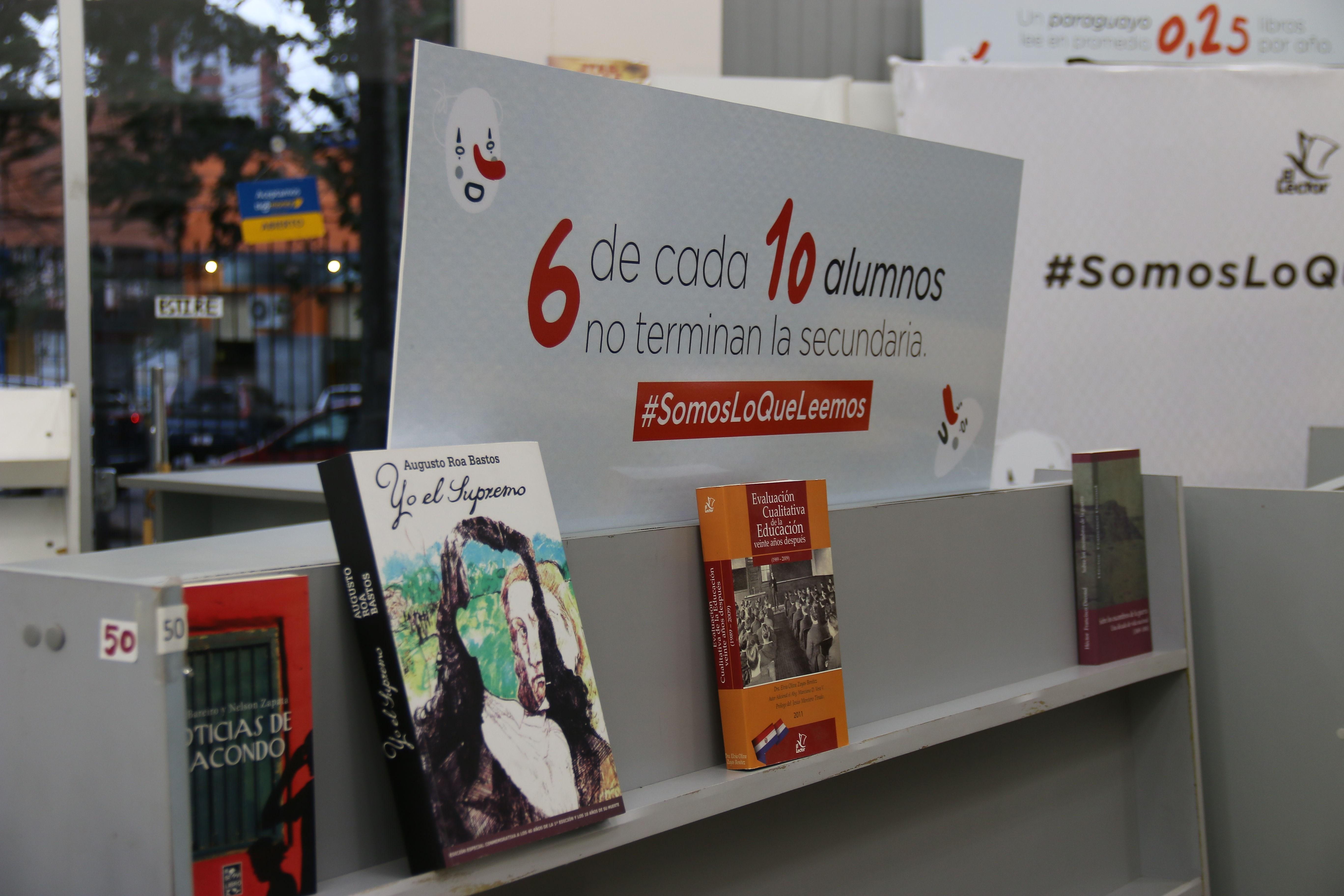 Librería desocupa sus estanterías para alertar de la escasa lectura