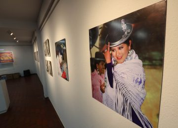 """Las emblemáticas """"cholitas"""" bolivianas, son parte de una exposición"""