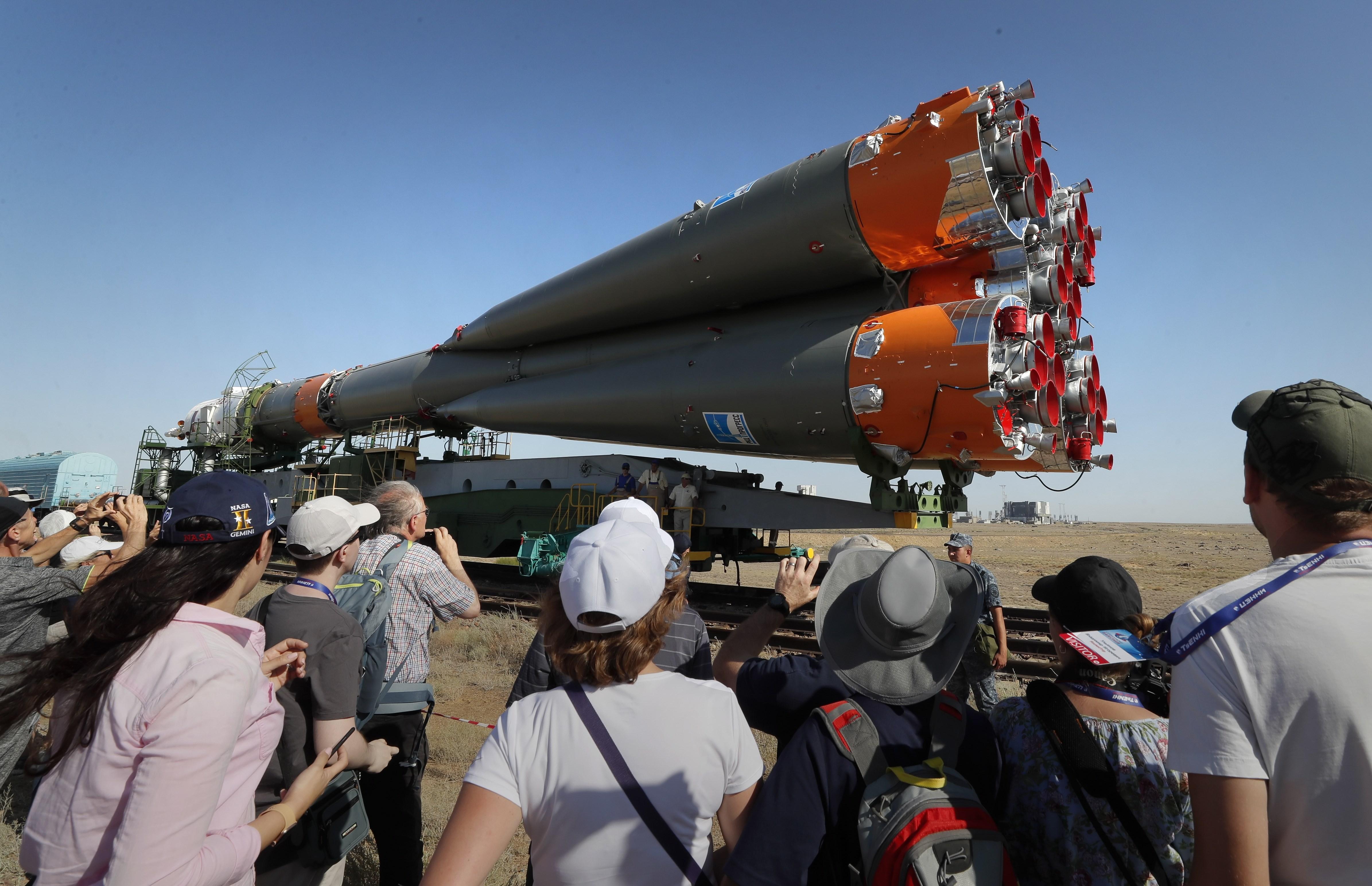 Emplazan la nave rusa Soyuz MS-13 en la rampa de lanzamiento