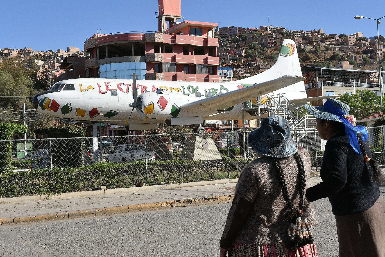 Lectores alzan vuelo en un avión convertido en biblioteca en Bolivia