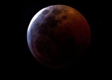 Un eclipse parcial de Luna en el 50 aniversario del Apolo 11