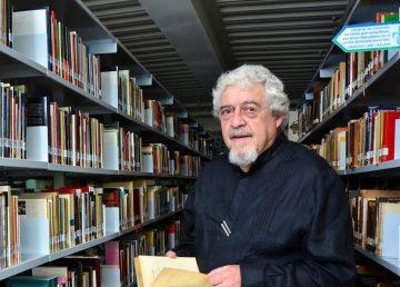 Felipe Garrido enseña a las personas a leer poesía