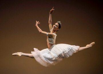 Elisa Carrillo regala zapatillas de ballet al salón Los Ángeles