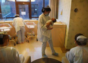 """A los 67 años, una mujer se convierte en """"la mamá más vieja"""" de China"""